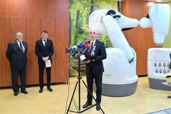 Új sugárterápiás berendezést kapott az Országos Onkológia Intézet