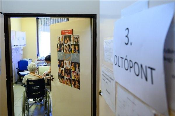 Koronavírus - Folytatódik az idősek oltása a veszprémi Csolnoky Ferenc Kórházban