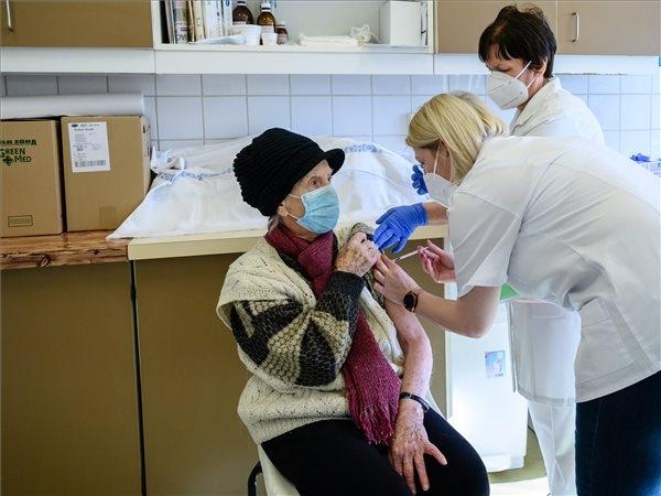 Koronavírus - Idősek második oltása Székesfehérváron