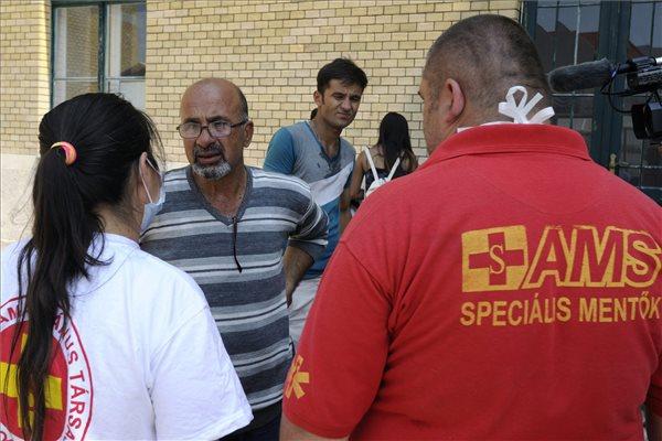 Naponta több száz illegális bevándorlót látnak el a speciális mentők Szeged környékén